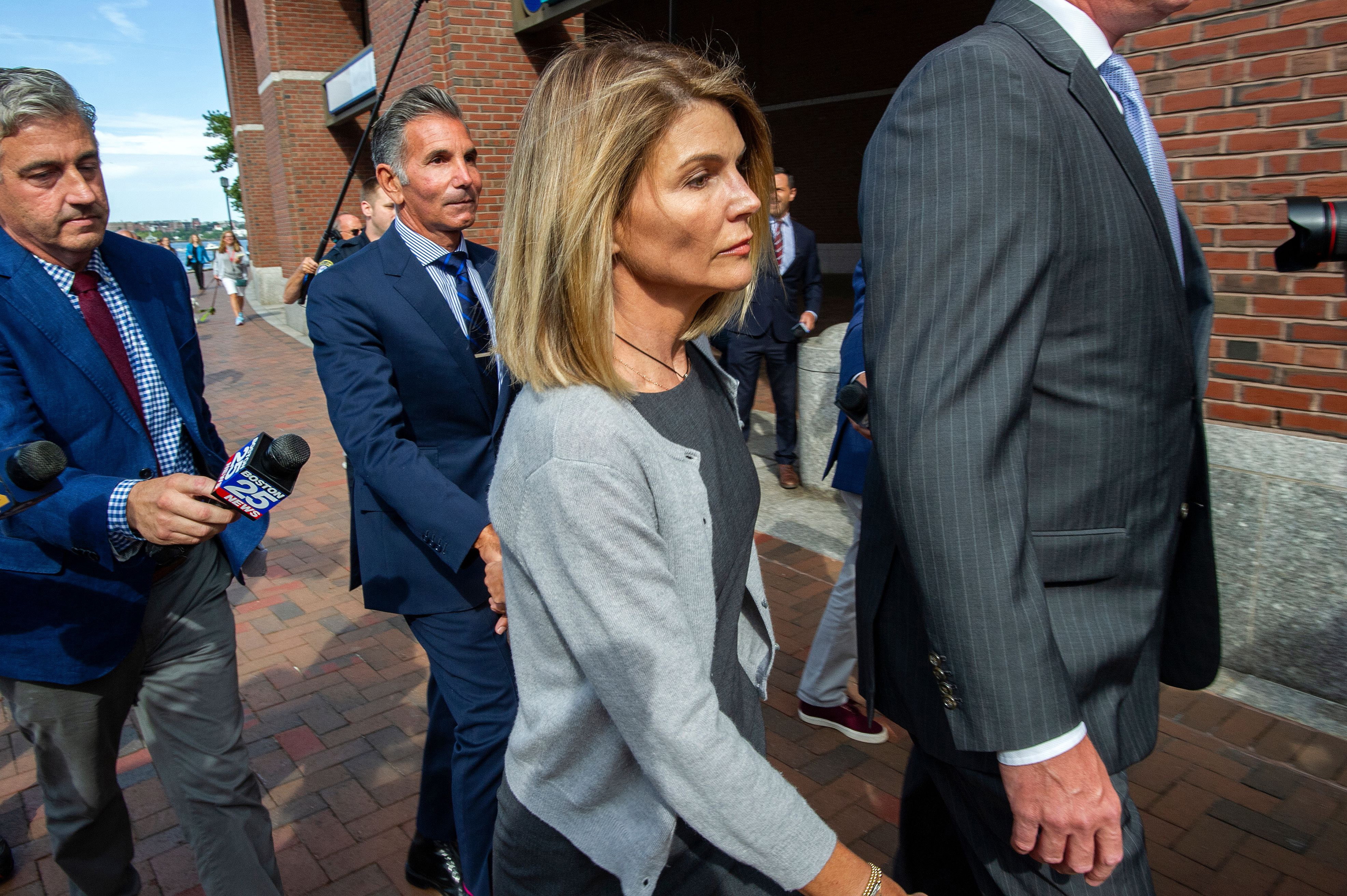 Lori Loughlin avoids arraignment after judge accepts not guilty plea to bribery charge - Personal Liberty®